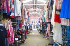 SAKAEO, TAILÂNDIA - 21 DE MAIO DE 2016: Comércio de beira do mercado de Rong Kluea Foto de Stock Royalty Free