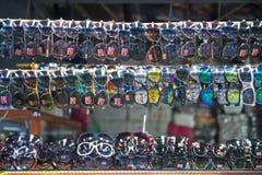 SAKAEO, TAILÂNDIA - 21 DE MAIO DE 2016: vários óculos de sol na loja para Foto de Stock