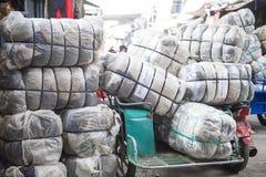 SAKAEO, TAILANDIA - 21 DE MAYO DE 2016: Ropa de la segunda mano del plástico Foto de archivo libre de regalías