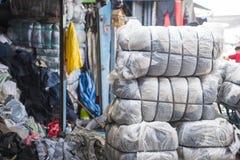 SAKAEO, TAILANDIA - 21 DE MAYO DE 2016: Ropa de la segunda mano del plástico Imágenes de archivo libres de regalías