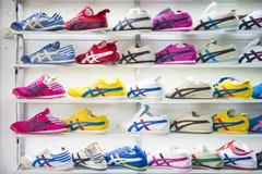 SAKAEO, THAILAND - MEI 21, 2016: diverse tennisschoen in winkel in Ron stock afbeelding