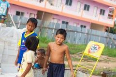 Sakaew Thailand - Maj 08, 2014: Barn på farligt område Arkivfoto