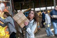 Sakeenah Feghir da BookCycle Regno Unito che si preoccupa una scatola di libri immagine stock libera da diritti