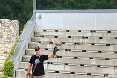 Saker在以鹰狩猎者的猎鹰着陆在克恩顿州,奥地利 免版税图库摄影
