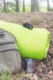 Saker för att fotvandra nära ryggsäcken och sovsäcken i skogen, closeup Arkivbild
