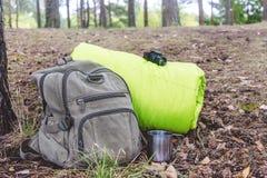 Saker för att fotvandra nära ryggsäcken och sovsäcken i skogen, closeup Royaltyfri Foto