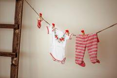 Saker för nyfött hänga på rep Royaltyfri Foto