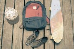 Saker för skateboarding på en träbakgrund Fotografering för Bildbyråer