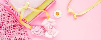 saker personalen, tillbehör för nyfött behandla som ett barn på rosa bakgrund Arkivfoton