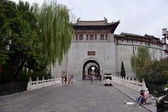 Saker som händer runt om gammal stad för Luoyang ` s Turister lokaler arkivfoto