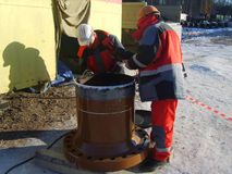 Sakhalin, Russia - 12 novembre 2014: Indagine di qualità che elabora la saldatura futura del posto Immagini Stock