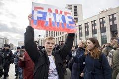 Sakharov perspektywa Polityczny wiec dla bezpłatnego interneta Młodość z politycznymi plakatami zdjęcie stock