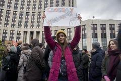 Sakharov perspektywa Polityczny wiec dla bezpłatnego interneta Młodość z politycznymi plakatami obrazy royalty free