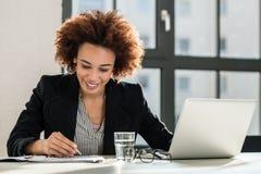 Sakkunnig analyserande affärsrapport i kontoret Arkivbilder