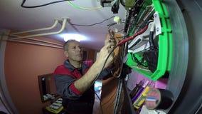 Sakkunnig elektriker Doing Electrical Wiring arkivfilmer