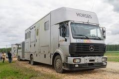 Sakkunniga byggde släpet för transportering av hästar Arkivbild