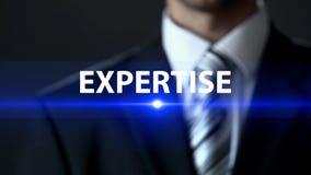 Sakkunskap affärsman som framme står av kvalitets- kontrollutredning för skärm royaltyfri bild