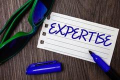 Sakkunskap för ordhandstiltext Affärsidé för sakkunnig expertis eller kunskap i en anteckningsbok för idéer för vishet för detalj Fotografering för Bildbyråer
