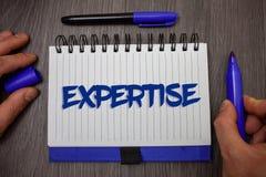 Sakkunskap för ordhandstiltext Affärsidé för sakkunnig expertis eller kunskap i en särskild holdi för håll för man för vishet för arkivbild