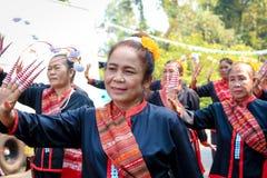 SAKON NAKHON TAJLANDIA, LISTOPAD, - 03: Tajlandzcy tradycyjni kostiumy dla kostiumów i pokazu mody przy zakazem Pho Tajlandzki Zdjęcie Royalty Free