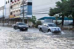 SAKON NAKHON, THAILAND - 2. AUGUST 2017: Straßenwasser überschwemmt mit Sonka-Sturm stockbilder
