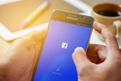 Sakon Nakhon THAILAND - Augusti 1,2017: Facebook är en online-soc Arkivbilder