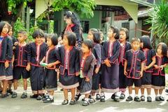 SAKON NAKHON THAILAND - FEBRUARI 27, 2017: Väntande på skådespelare för student i stam- klänning eller den Phuthai klänningen arkivfoton