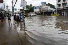 SAKON NAKHON THAILAND - JULI 29, 2017: Gator bevattnar översvämmad w royaltyfria foton