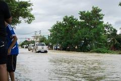 SAKON NAKHON THAILAND - JULI 29, 2017: Gator bevattnar översvämmad w arkivfoto