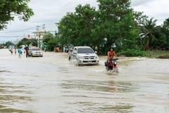 SAKON NAKHON THAILAND - JULI 29, 2017: Gator bevattnar översvämmad w arkivbilder