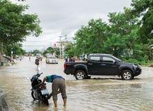 SAKON NAKHON THAILAND - JULI 29, 2017: Gator bevattnar översvämmad w arkivbild
