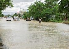 SAKON NAKHON THAILAND - JULI 29, 2017: Gator bevattnar översvämmad w royaltyfri fotografi