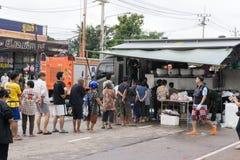 SAKON NAKHON, THAILAND - JULI 29, 2017: Groep mensen het wachten royalty-vrije stock afbeelding
