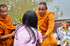 Sakonnakhon TAILANDIA 8 de julio: El monje budista es las limosnas Foto de archivo libre de regalías