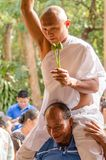 SAKONNAKHON, TAJLANDIA Grudzień 23: Niedawno nakazany mnich buddyjski p Obraz Stock