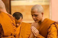 SAKONNAKHON, TAJLANDIA Grudzień 23: Niedawno nakazany mnich buddyjski p Obrazy Stock