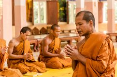 SAKONNAKHON, TAJLANDIA Grudzień 23: Niedawno nakazany mnich buddyjski p Obrazy Royalty Free