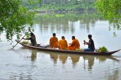Sakonnakhon Thailand-Juli 8: Den buddistiska munken är allmosan Arkivbilder
