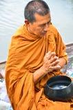 Sakonnakhon Thailand-Juli 8: Den buddistiska munken är allmosan Arkivbild