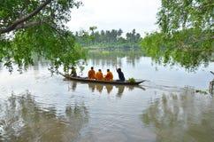 Sakonnakhon Thailand-Juli 8: Den buddistiska munken är allmosan Fotografering för Bildbyråer