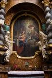 Sakral målning som inramas av statyer och kolonner Arkivbild