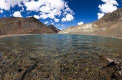 Sakral sjö för Suraj Taal berg Royaltyfri Fotografi