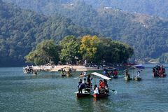 Sakral tempel av Barahi Mandir på ön i Phewa sjön, Nepal Royaltyfri Bild