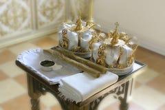 Sakrala attribut av den ortodoxa kyrkan för ritualen av bröllopet royaltyfria foton
