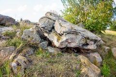 Sakrala stenar i området av byn av Krasnogorye i Ryssland arkivfoto