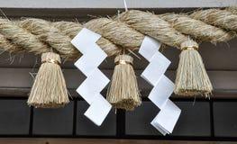 Sakralt rissugrörrep i Shintorelikskrin royaltyfri fotografi