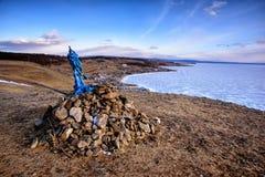 Sakralt ställe med obo Vinterlandskap av Mongoliet Sjö Khubsugul arkivbilder