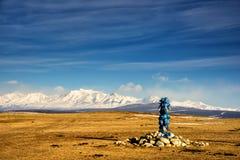 Sakralt ställe med obo Vinterlandskap av Mongoliet Sjö Khubsugul och berg royaltyfria foton