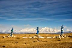 Sakralt ställe med obo Vinterlandskap av Mongoliet Sjö Khubsugul och berg royaltyfri bild