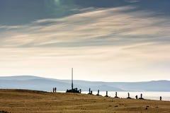 Sakralt ställe med obo Vinterlandskap av Mongoliet Sjö Khubsugul och berg royaltyfria bilder
